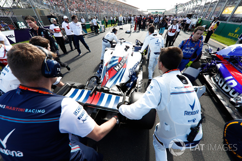 Lance Stroll, Williams FW41 Mercedes, arrives on the grid