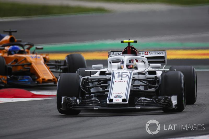 Шарль Леклер, Alfa Romeo Sauber C37, и Фернандо Алонсо, McLaren MCL33