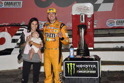 Ganador de la carrera Kyle Busch, Joe Gibbs Racing, Toyota Camry M&M's Red White & Blue