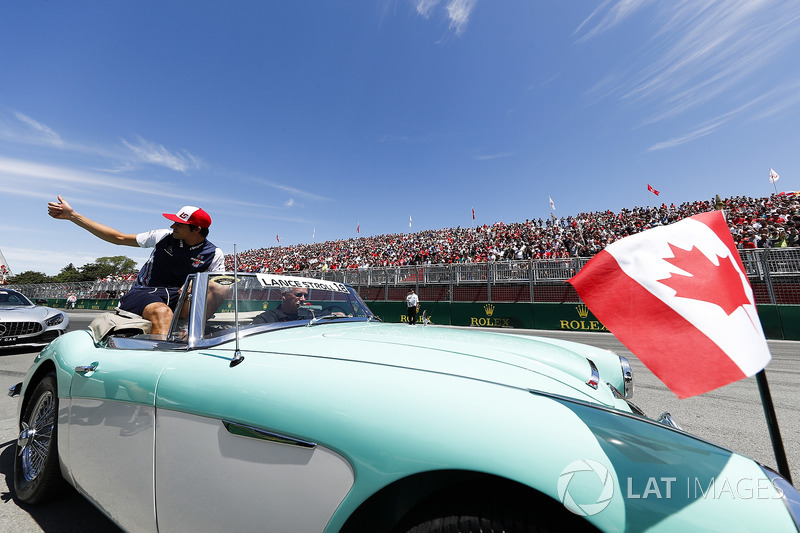 Lance Stroll, Williams Racing, throws hats into the crowd