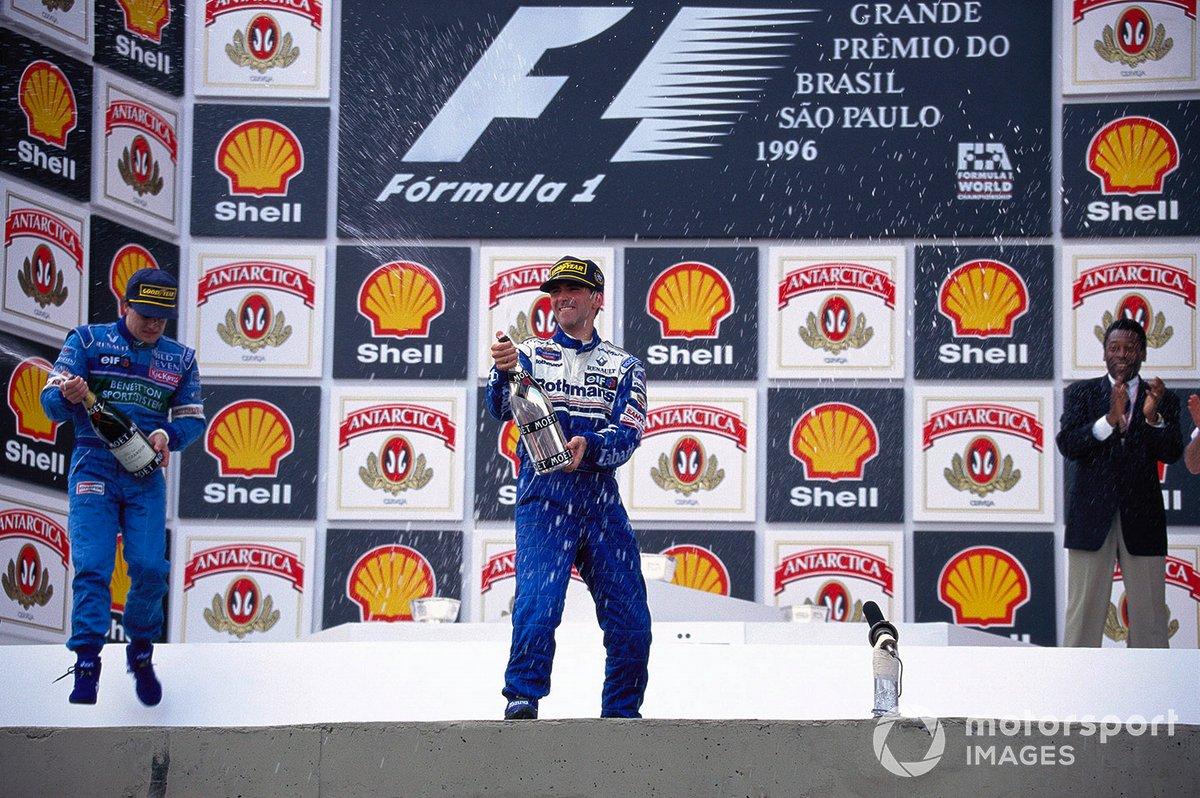 Damon Hill celebra la victoria en el podio con Jean Alesi y la leyenda brasileña del fútbol Pelé.