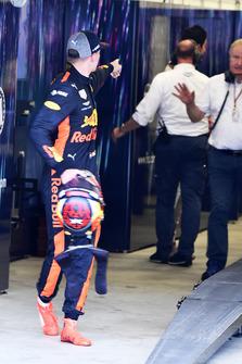 Max Verstappen, Red Bull Racing y Esteban Ocon, Racing Point Force India discuten después de la carrera tras su accidente en pista