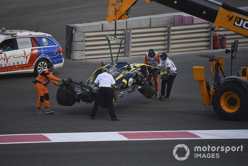 La voiture accidentée de Nico Hulkenberg, Renault Sport F1 Team R.S. 18 est prise en charge