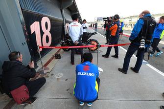Suzuki-Mechaniker inspiziert die Honda RC213V