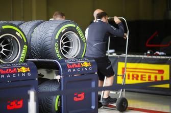Des pneus Pirelli devant le garage Red Bull