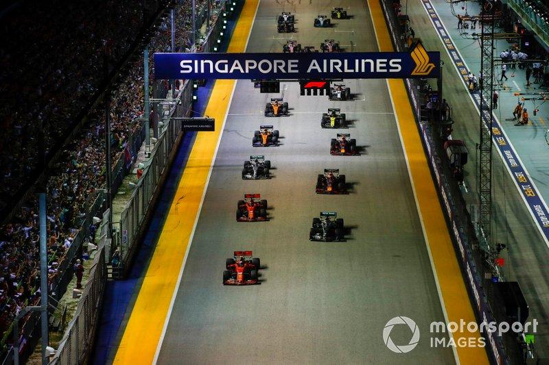 Charles Leclerc, Ferrari SF90, y Lewis Hamilton, Mercedes AMG F1 W10, lideran al inicio en Singapur.