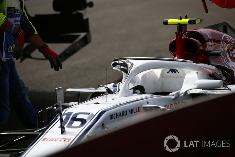 Los comisarios retiran el coche dañado de Charles Leclerc, Sauber C37