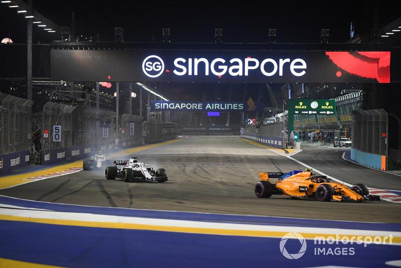 Stoffel Vandoorne, McLaren MCL33, Lance Stroll, Williams FW41 y Sergey Sirotkin, Williams FW41