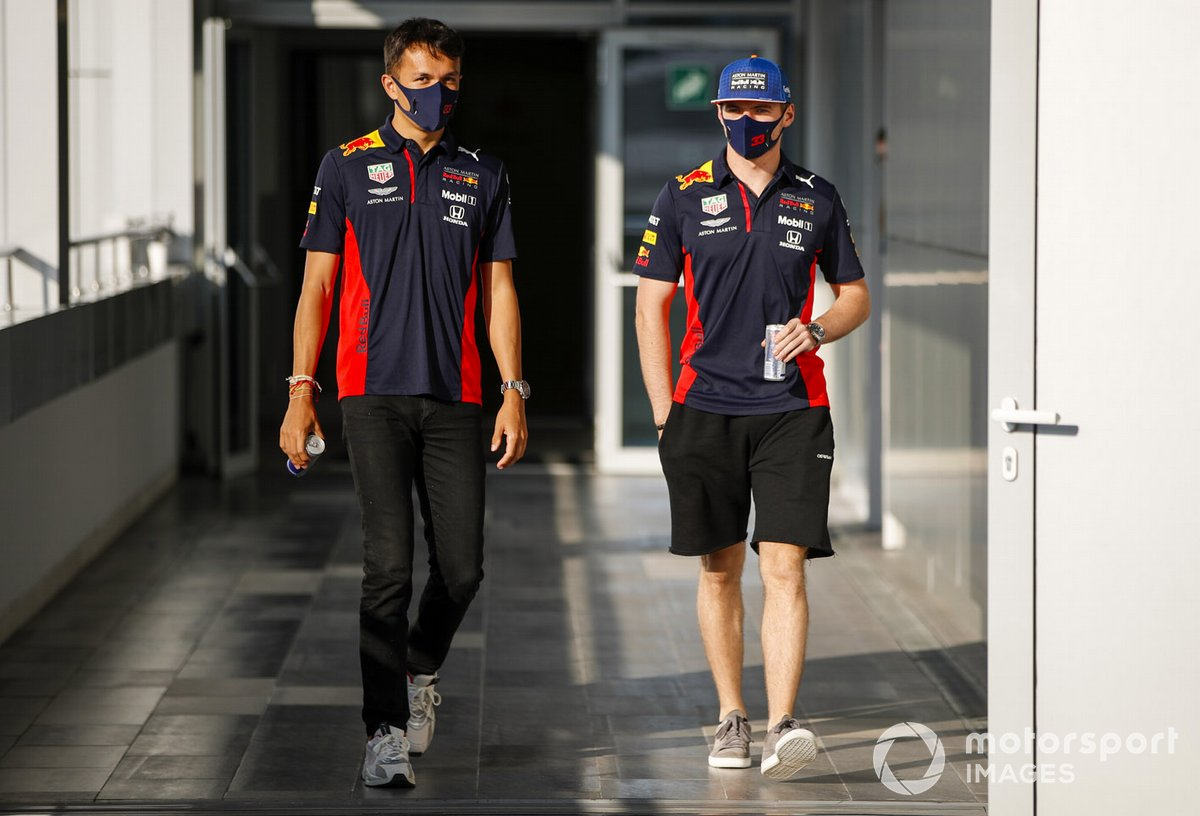 Alex Albon, Red Bull Racing, et Max Verstappen, Red Bull Racing