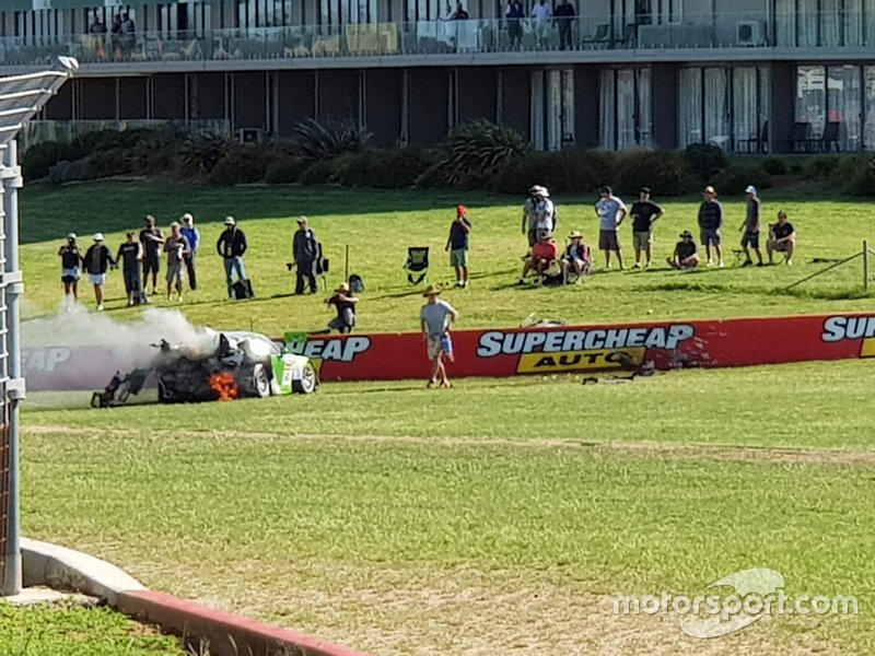 Tifosi vicino alla vettura della Black Swan Racing Porsche 911 GT3-R: Tim Pappas, Jeroen Bleekemolen, Marc Lieb, dopo l'incidente
