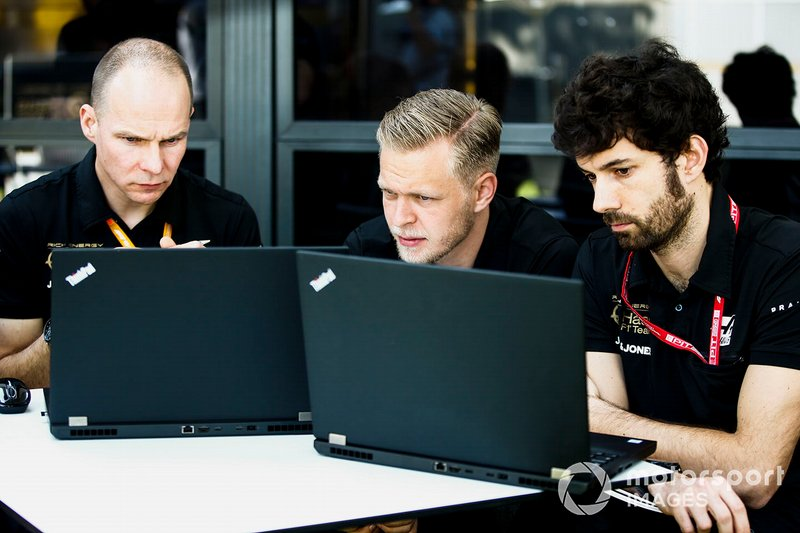Kevin Magnussen, Haas F1 Team with engineers