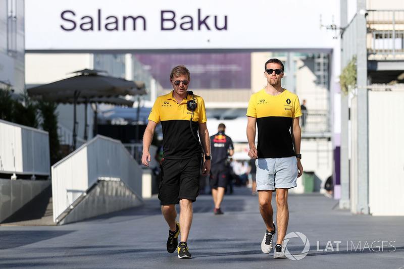 Jolyon Palmer, Renault Sport F1 Team, mit Andy Stobart, Renault-Pressesprecher