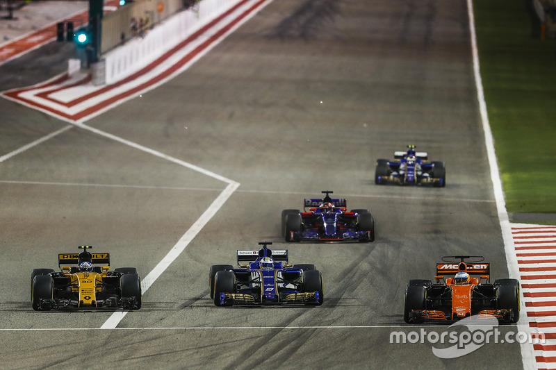 Fernando Alonso, McLaren MCL32, Marcus Ericsson, Sauber C36, Jolyon Palmer, Renault RS 17