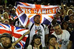 Fans von Lewis Hamilton, Mercedes AMG F1 feiern