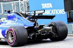 Marcus Ericsson, Sauber C36, rear wing damage
