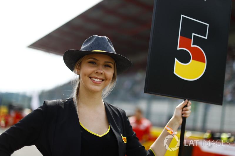 Chica de la parrilla de Sebastian Vettel, Ferrari