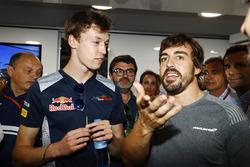 Fernando Alonso, McLaren'in 36. yaş günü Frederic Vasseur, Sauber Takım Patronu, Daniil Kvyat, Scuderia Toro Rosso, Fernando Alonso, McLaren, Carlos Sainz, Pedro de la Rosa