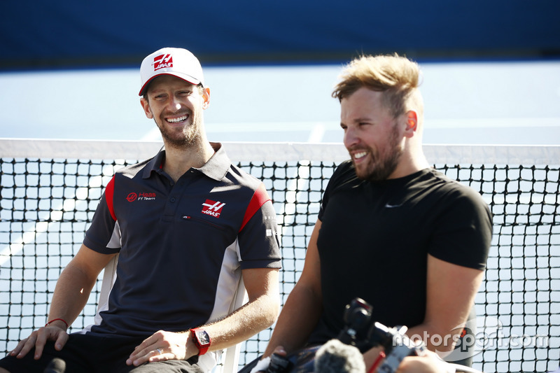 Romain Grosjean, Haas F1 Team, con Dylan Alcott, Campeón paralímpico australiano