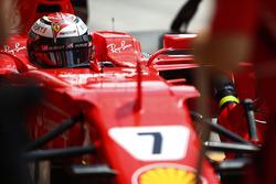Kimi Raikkonen, Ferrari, stops in his pit