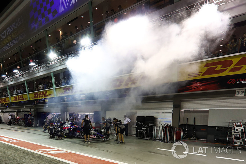 Daniil Kvyat, Scuderia Toro Rosso STR12 in the pits
