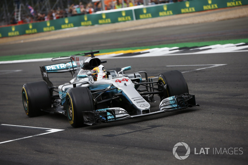 Lewis Hamilton, Mercedes AMG F1 W08, celebra la victoria en el final