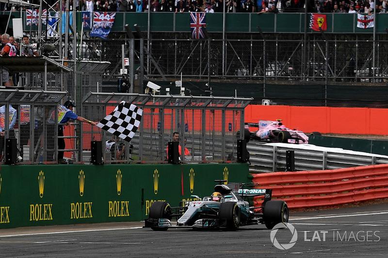 Pela quinta vez em Silverstone, Lewis Hamilton recebeu a bandeira quadriculada em primeiro.