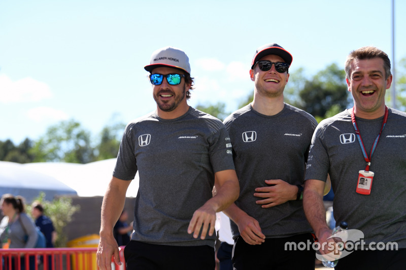 Fernando Alonso, McLaren, Stoffel Vandoorne, McLaren and Paul James, McLaren Team Manager