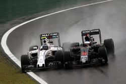 Борьба за позицию: Валттери Боттас, Williams FW38, и Фернандо Алонсо, McLaren MP4-31