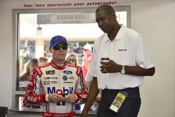 Kevin Harvick, Stewart-Haas Racing Ford, Dikembe Mutombo
