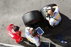 Сотрудники Ferrari и Pirelli работают рядом с шинами SuperSoft