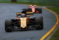 Nico Hulkenberg, Renault Sport F1 Team RS17, leads Fernando Alonso, McLaren MCL32
