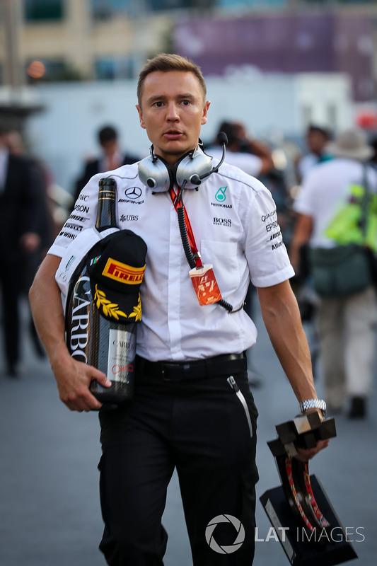 Ingeniero de Mercedes AMG F1 con el trofeo y el champán de lugar  Valtteri Bottas, Mercedes AMG F1