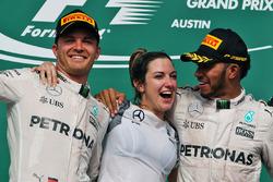 Подиум: Нико Росберг, Mercedes AMG F1, Виктория Ваулз, Льюис Хэмилтон, Mercedes AMG F1