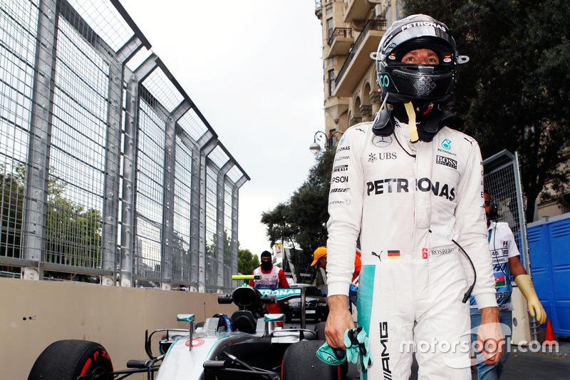 Nico Rosberg, Mercedes AMG F1 W07 Hybrid sse detiene en la segunda práctica