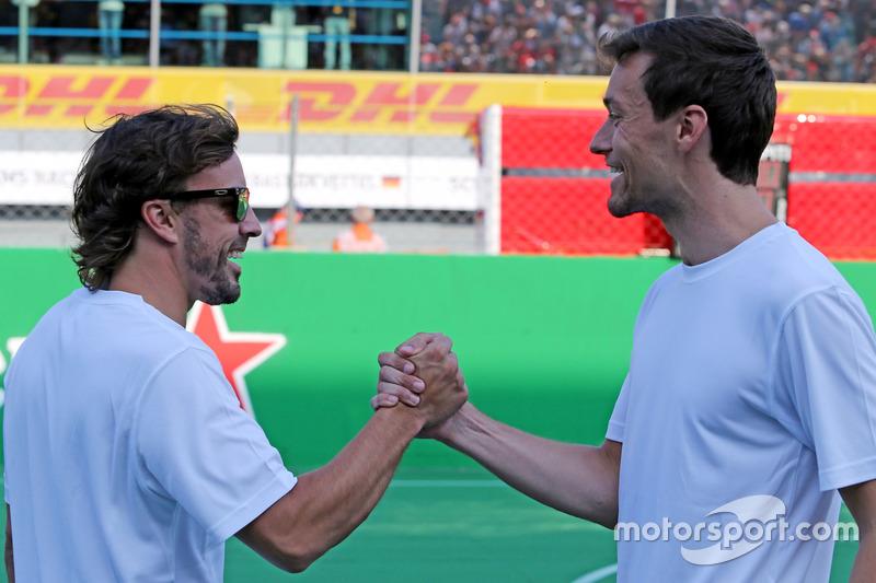Heineken partita di calcio di beneficenza, Fernando Alonso, McLaren Honda e Jolyon Palmer, Renault Sport F1 Team