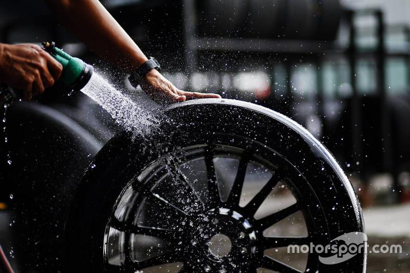 Reifen werden gewaschen