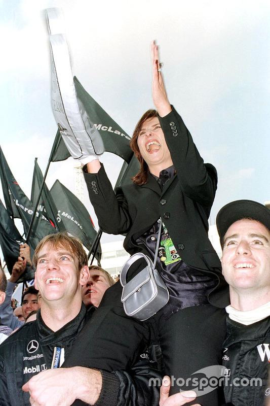 Esposa de Mika Hakkinen Erja es levantada por los mecánicos de McLaren