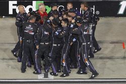 L'équipe de Denny Hamlin, Joe Gibbs Racing Toyota fête sa victoire