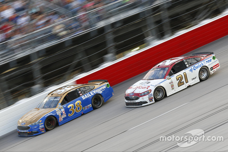Landon Cassill, Front Row Motorsports Ford, Ryan Blaney, Wood Brothers Racing Ford