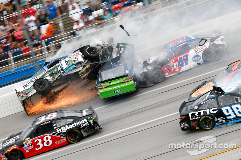 4. Choque de Ricky Stenhouse Jr., Roush Fenway Racing Ford, Kevin Harvick, Stewart-Haas Racing Chevrolet