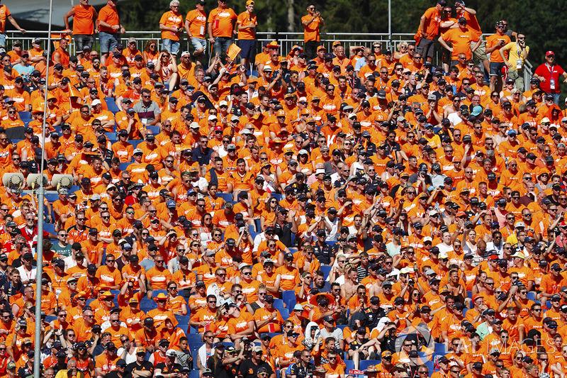 Una folta schiera di tifosi olandesi in tribuna