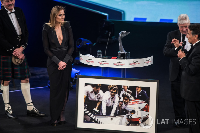 Nelson Piquet receives a lifetime achievement award from Gordon Murray, Herbie Blash and Julia Pique