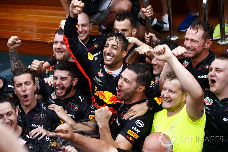 Daniel Ricciardo, Red Bull Racing, celebra la victoria en la piscina de la estación de Red Bull Energy con los miembros del equipo