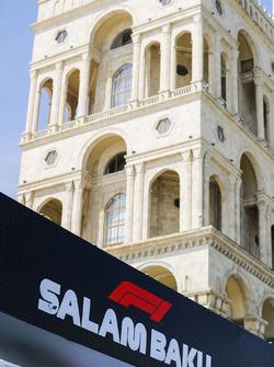 L'architecture de Bakou derrière un panneau