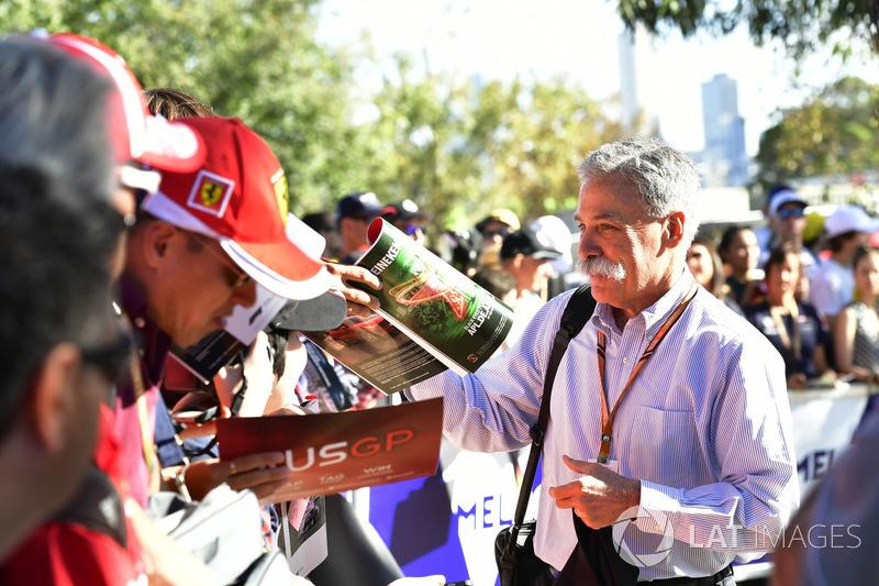 Chase Carey, consejero delegado y presidente ejecutivo del Grupo de Fórmula Uno firma autógrafos para los fanáticos