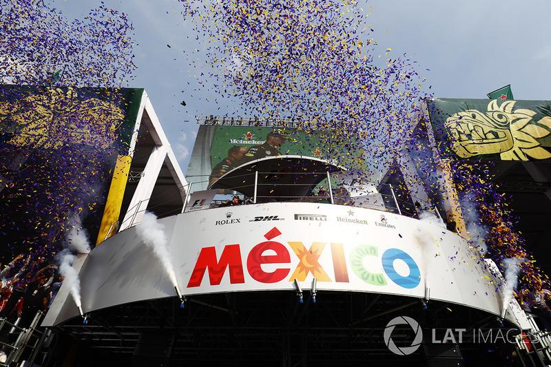Podium: Ganador Max Verstappen, Red Bull Racing, segundo, Valtteri Bottas, Mercedes AMG F1, tercero, Kimi Raikkonen, Ferrari