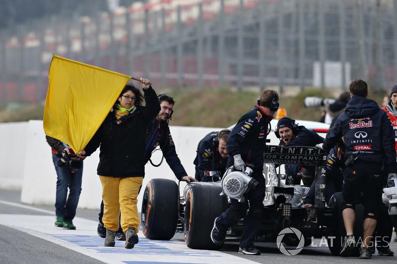 El equipo Red Bull empuja el coche de Daniil Kvyat, Red Bull Racing RB11 a su garaje