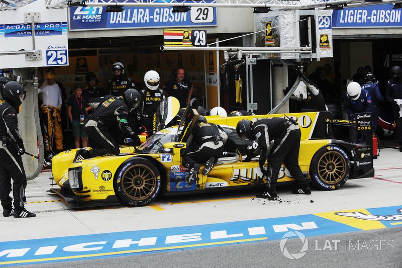 Машина Racing Team Nederland, за которую выступал рекордсмен «Ле-Мана» Ян Ламмерс, в какой-то момент даже загорелась. Экипажу пришлось ехать в боксы для длительного ремонта