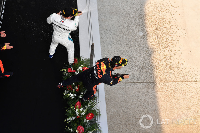 Yarış galibi Daniel Ricciardo, Red Bull Racing ve Valtteri Bottas, Mercedes-AMG F1