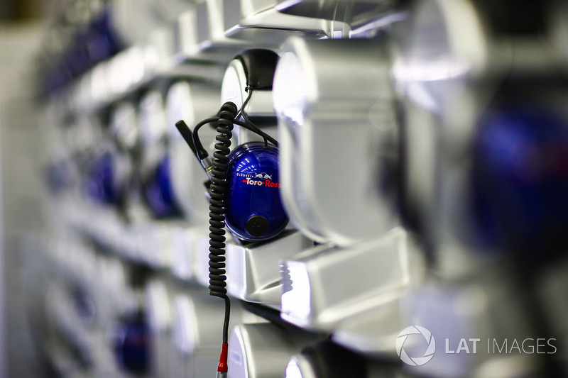 Des écouteurs Toro Rosso dans le garage